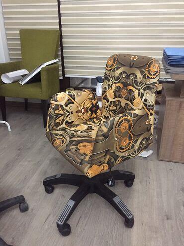 кресло для офиса в Кыргызстан: Кресло на колесиках в хорошем состоянии