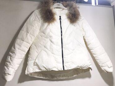Куртки - M - Бишкек: Белая куртка с натуральным мехом . Наполнитель- пух, а мех- писец нату