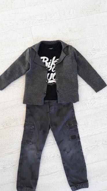 Dečija odeća i obuća - Novi Pazar: SNIZENO. Trodelni komlet dzemper kao sako duks I pantalone za decaka