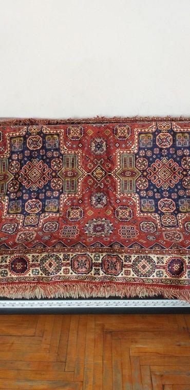 Bakı şəhərində 70-ci illərin Almaniya istehsalı olan divan üstü xalça satılır.