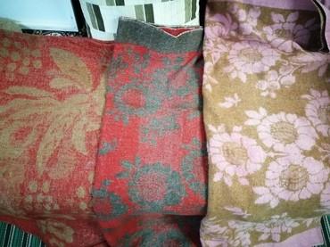 текстиль одеяла подушки в Кыргызстан: Срочно продаются одеяла шерстяные и подушки (перо)