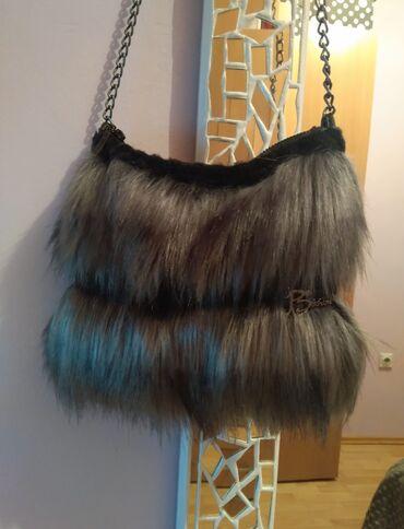 P.S.Fashion siva, krznena torba sa dugim lancem. Kao nova! Nosena dva
