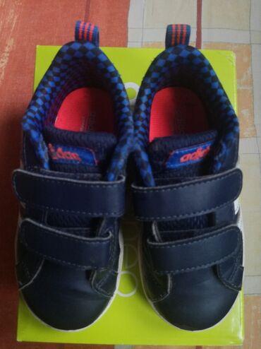Levi - Srbija: Adidas patike, broj 24. Leva patika ima napred malo izguljeno, vidi