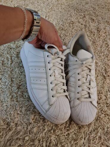 1689 oglasa | ŽENSKA OBUĆA: Adidas superstar, ocuvane, malo prljave ali nemaju ostecenja, broj 40