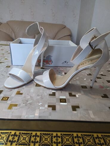 Босоножка белого цвета, 39 размер. Одевала 1раз отдам за 800 сом