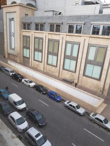 Bakı şəhərində 28 molun garshisinda olan binada4/4,2 otagli,kombili,tavan3.60 olan