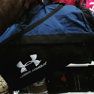 Bakı şəhərində Şəkildəki çantadır,keyfiyətlidir,Metro çıxışlarına