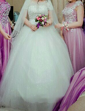 Свадебные платья и аксессуары - Бишкек: Сдается напрокат свадебное платье.шикарное,пышное.обшито камушками и