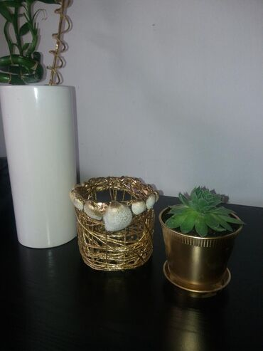 Kućni dekor - Mladenovac: Ručno izrađena korpica sa čuvarkućom. Za ostale moje radove zapratite