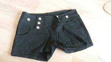 Zlatne-sandalice-perla-br - Srbija: Kratak crni sorts, sa ukrasnim dugmadima zlatne boje. Kopcanje na