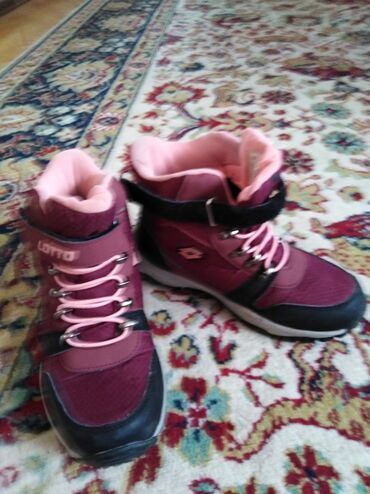 Dečije ženske zimske cipele. Broj 34. dužina gazišta 22cm