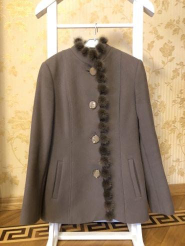 pon-pon - Azərbaycan: Palto. Ponponları tebii mexdir. Kemeri var. Elave düymesi de var