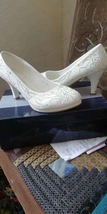 Женская обувь в Кемин: Свадебные туфли 37 размера. 1 раз на свою свадьбу одела и лежит