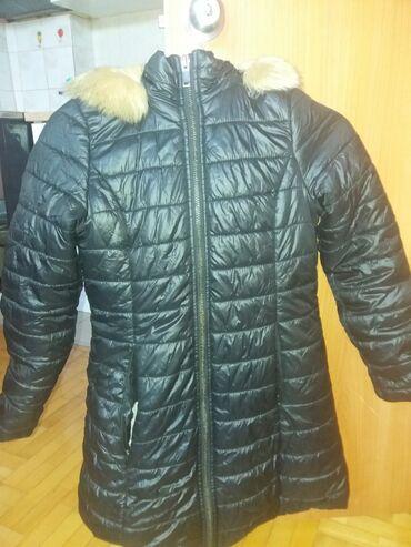 Zimske jakne sa krznom - Srbija: Prodajem crnu zimsku jaknu u kombinaciji sa krznom.Kapa se skidaima