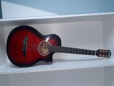 Спорт и хобби - Бишкек: СРОЧНО!!! Продаю акустическую красно черную гитару  Состояния 9 из 10