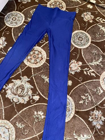 Леджинсы. Облегающие брюки помогают подчеркнуть тонкую талию и сделать