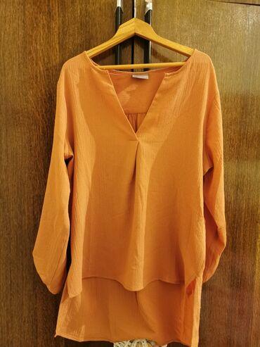 Bluza je - Srbija: Opuštena bluza, prljavo narandžasta boja. Kratko nošena. S veličina, a