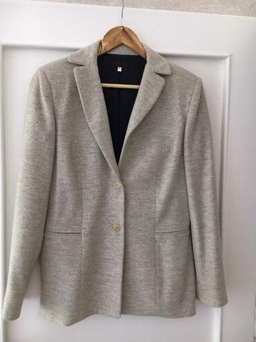 Prodajem vrlo kvalitetan vuneni komlet (sako i suknja) od poznatog fra