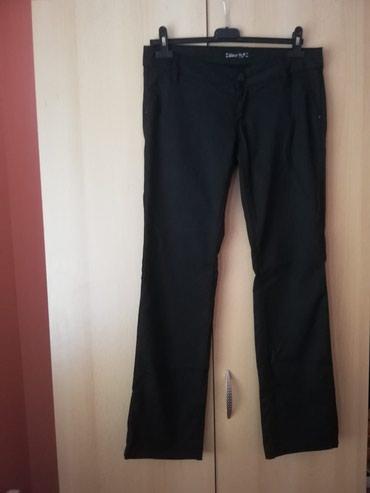 Zenske pantalone, crne boje sa blago vidljivim nitima sive, vidi se na - Lajkovac