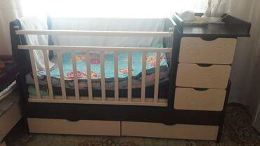 Односпальные кровати - Кыргызстан: Продаю кровать трансформер, детскую кроватку с полочками