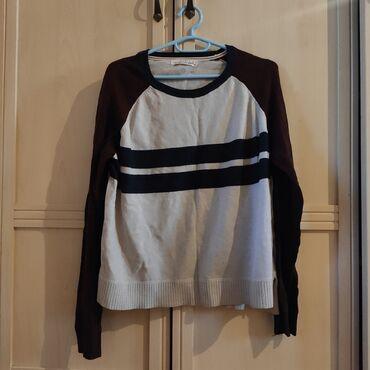 Очень красивый и тёплый свитер, практически новый. На фото не успела