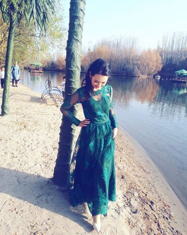 Одевала 1 раз  Красивое платье изумрудного цвета