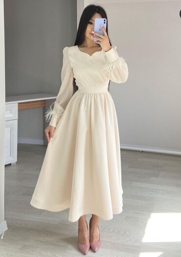 Платье цвета айвори. 42 размер, в идеальном состоянии с бесплатной д