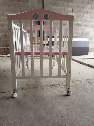 бу детские кроватки в Кыргызстан: Кровать детская!Срочно! Кроватка-трансформер, можно как манеж снизу