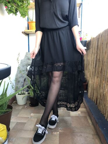 H&M crna asimetricna suknja sa cipkom na rubu. U struku ima lastis