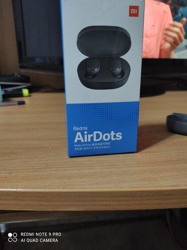 Наушники - Тип подключения: Беспроводные (Bluetooth) - Бишкек: Продаю наушники Airdots покупались в начале 18,19 года вроде, все в и