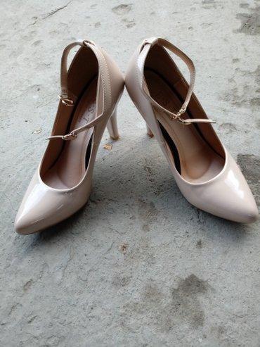 замшевые туфли бежевого цвета в Кыргызстан: Женское красивое туфли-лодочка. Состояние отличное. Цвет бежевый