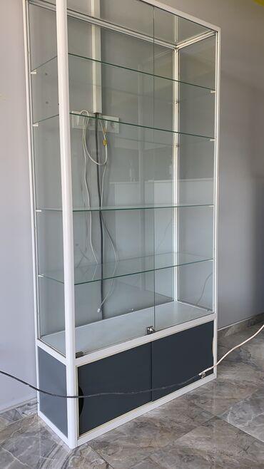 Стеклянный офисный шкаф в рабочем состоянии