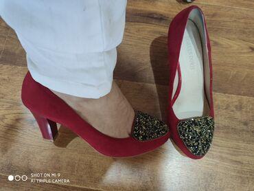 Туфли и босоножки с закрытой пяткой. Обе пары нубук. Блёстки, бусы