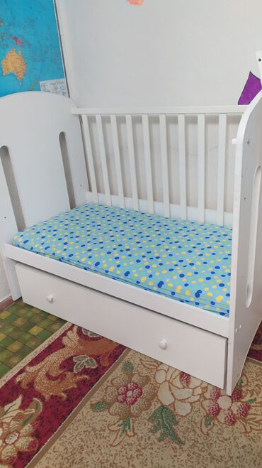 Детская мебель - Цвет: Белый - Бишкек: Срочно!!! Продаю детскую кровать(произ-во Россия)+матрасик+ летний