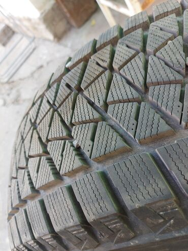 шины 24555 r19 лето в Кыргызстан: Зимняя резина бриджстоун4шт комплект,почти новая,проехал 2000км