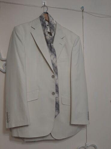 Продаю костюм мужской, цвет айвори. 48-50 размер. В комплекте галстук