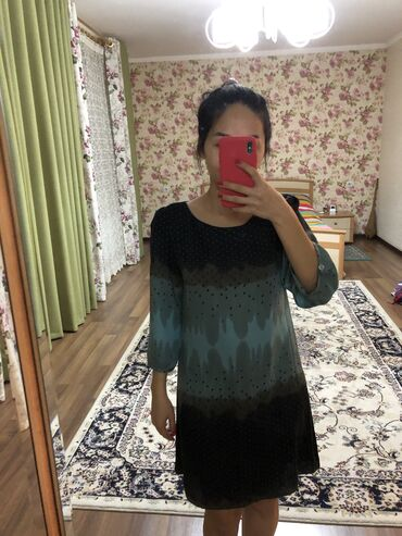 Продаю платье, носила пару раз. Состояние отличное. Размер 36.  Произв