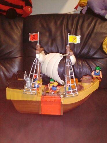 Gusarski brod vrlo lep I zanimljiv sa gusarima,sanducima sa blagom I