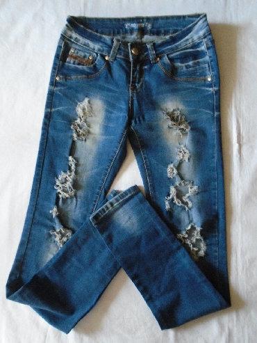 Pantalone uz telo - Srbija: Duboke iscepane farmerke uz telo, jako lepo stoje. Imaju 5% elastina i