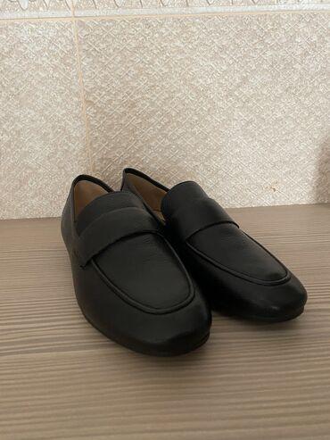Туфли - Бишкек: Продаю кожаные лоферы в чёрном цвете в размере 37,5-38р на узкую ножку