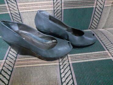 Cipele sa ortopedskom petom,u odlicnom stanju