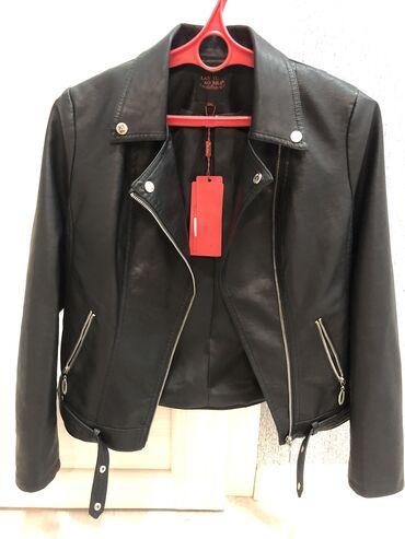 Куртки - Кыргызстан: Продаю косуху, эко кожа, размер подойдет на 44-46. Новая