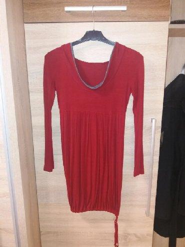 Pamučna haljinica zanimljivog dizajna. Crveno sive boje i univerzalne