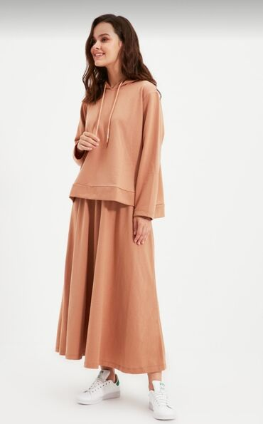 10500 elan   QADIN GEYIMLƏRI: Razmeri L (40) Yenidi hec giyinilmeyib etiketi ustundedi wekildeki kim