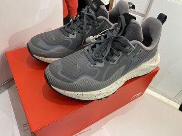 Абсолютно новый кроссовки. Покупали по акции. Цена 11,980 сом я продаю