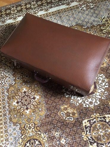 Kofer - Srbija: Retro veliki kofer sa bravicama koje se zaključavaju. brao boje. U