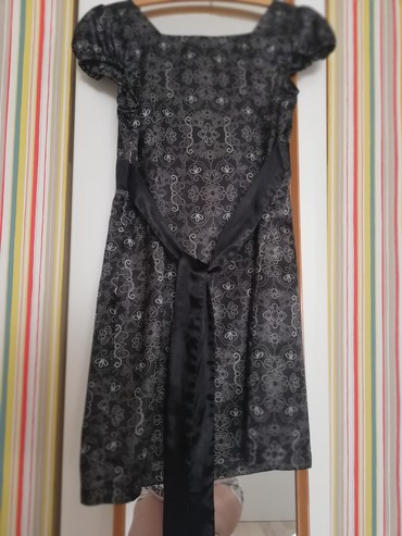 Od stena crna haljina sa detaljima cvetnim, vel. L - Kikinda