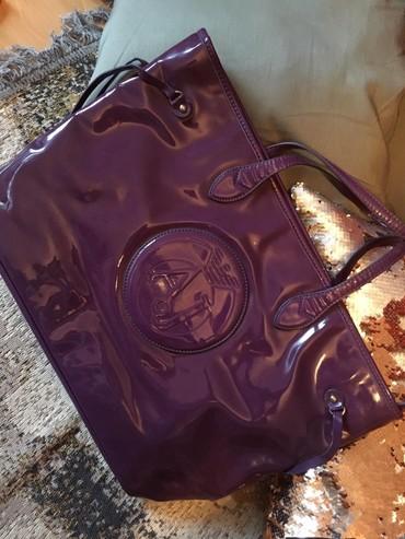 Prada torba je turskoj e - Srbija: Armani lakovana ljubičasta torba, oštećenje je slikano. Torba je iz