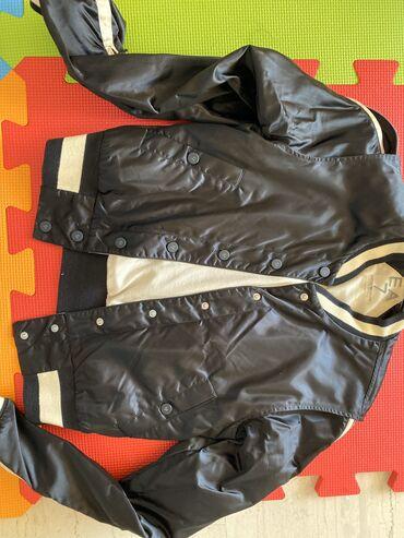 Jacket ψηλό Emporio Armani. Στο μανίκι έχει κρυφό φερμουάρ με τη