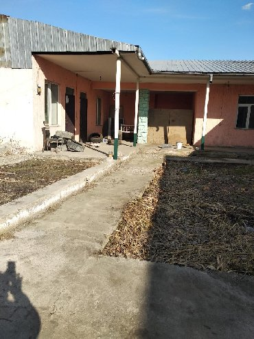 здание в центре города в Кыргызстан: Г Ош в центре города вдоль дороги сдается в аренду помешение можно под